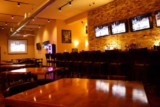 Dewey's Restaurant & Sports Bar: Main Bar