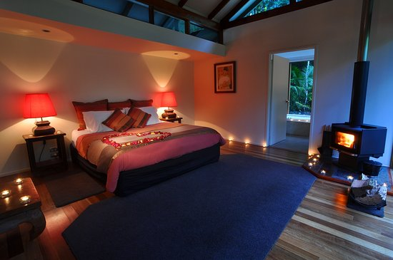 Upper Crystal Creek, Αυστραλία: Creekside Spa Cabin with fireplace in the bedroom