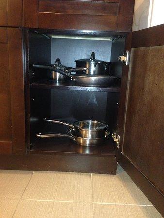 Williams Lake, Kanada: Room 214 pots and pans.