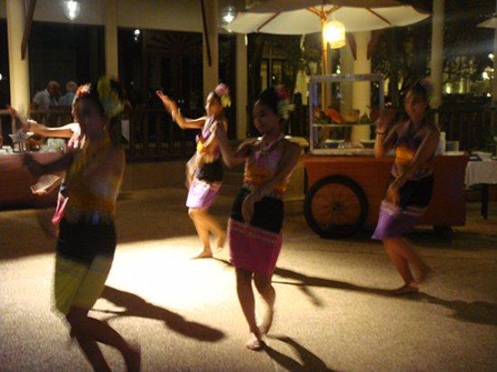 The Restaurant at Dusit Thani Hua Hin Hotel : Thai dance at the Thai Market Night Buffet at Dusit Thani Hua Hin