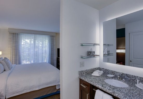 Chicopee, MA: King Studio Suite – Bathroom Vanity
