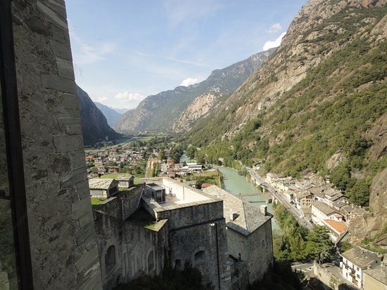 Bard, อิตาลี: 바드요새 주변을 흐르는 강