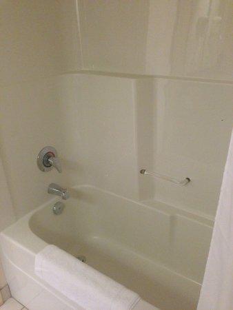 Prince George, Kanada: One piece tub/shower. Room 321.