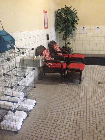 Πρινς Τζόρτζ, Καναδάς: Loungers in pool area.