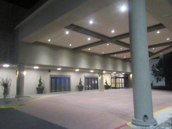 Wyndham Albuquerque Hotel & Conference Center: Entrance to Hotel, Wyndham Hotel and Convention Center, Albuquerque, NM