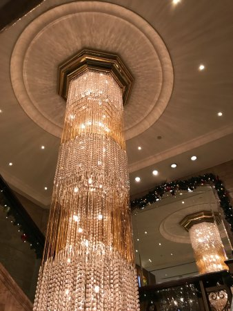Holiday Inn Golden Mile Hong Kong: The chandelier on the second floor near the restaurant