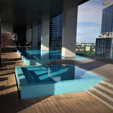 Oasia Hotel Novena, Singapore by Far East Hospitality: Level 22 Pools and Dining