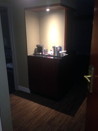 Hilton Toronto: Our coffee bar in our room. Room 1420