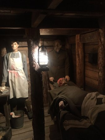 Zonnebeke, België: A makeshift surgery in the underground quarters.