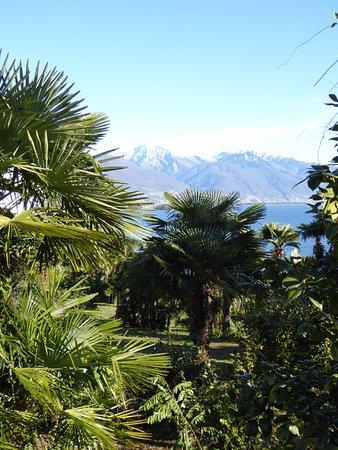 Brissago, Schweiz: Vue sur le lac et les montagnes peu avant le centre
