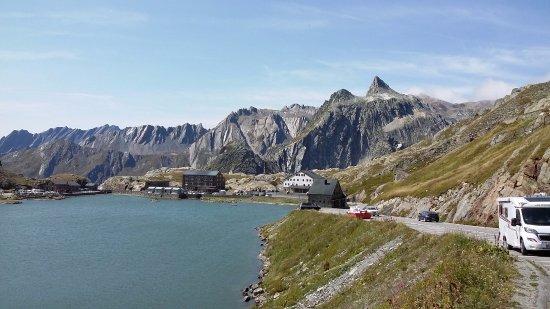 Great St. Bernard Pass (Col Du Grand St. Bernard): 세인트버나드 호수와 길