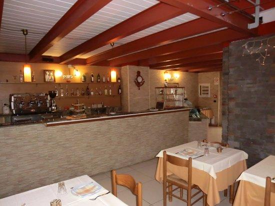 Arredamento essenziale, bancone bar - Foto di Ristorante Taverna ...
