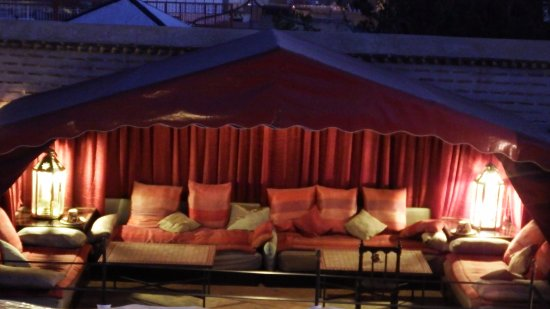 Riad El Zohar: Night view of main tent on roof terrace. Great for moon light dining.