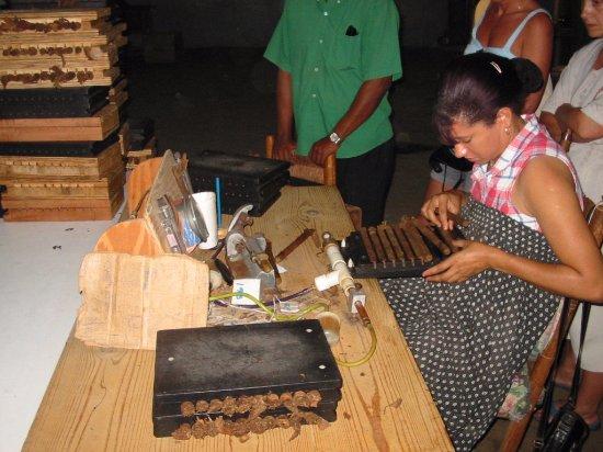 Tabacalera de Garcia Factory Tour: Haciendo puros, paso 3