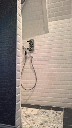 """Plozévet, France : Chambre """" Gatsby"""" la salle de bain / douche à l'italienne"""