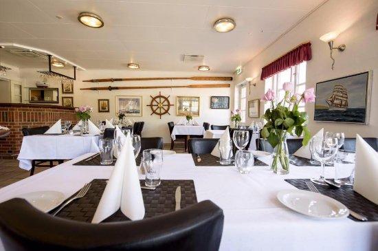 Fjerritslev, Dänemark: Nyd jeres måltid i vores hyggelige og intime krostue, som bærer præg af det maritime miljø