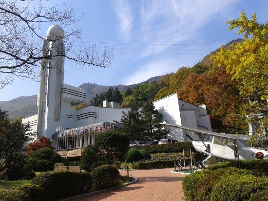 Νταεγκού, Νότια Κορέα: Des engins de guerre sont exposés dans le jardin