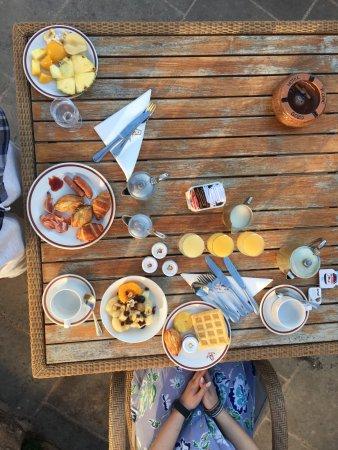 Sannat, Malta: Aamupalaa pystyi nauttimaan joko ulkona tai sisällä.