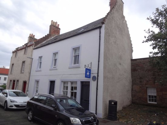 Anstruther, UK: The B&B is one street away from the waterfront and near several restaurants.