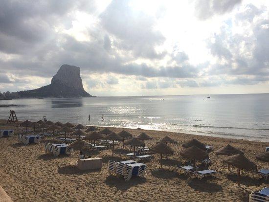 Gran Hotel Sol y Mar: Plage en face de l'hôtel. Il faut louer, pour quelques euros, chaises et parasols.