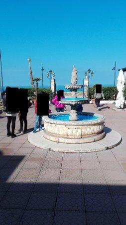 Hotel Costa d'Oro : fontana all'ingresso