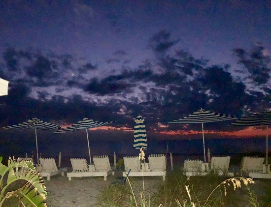 Bungalow Beach Resort: This was one evening ...stunning colors!