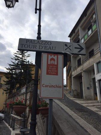 Carunchio, Italie : small town plazza