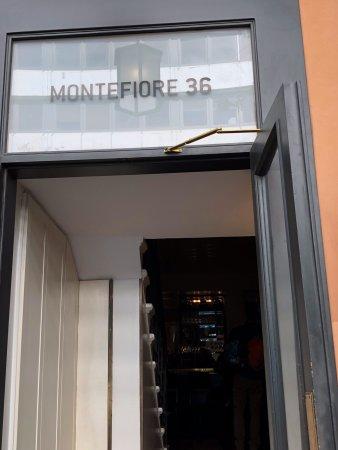 Hotel Montefiore: הכתובת על דלת הכניסה למסעדה