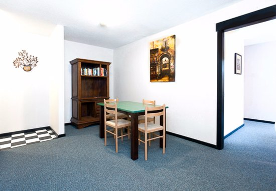 Silver Star, Καναδάς: The Bulldog - One Bedroom with Alcove / 2 Bathroom Apartment - Living and Dining Open Plan (Room