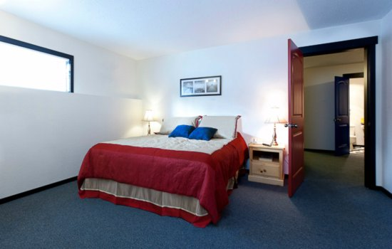 Silver Star, Kanada: The Bulldog Hotel - One Bedroom with Alcove / 2 Bathroom Apartment - Master Bedroom (Room 5)