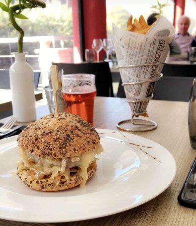 Pegomas, France: Hamburger au brie de Meaux