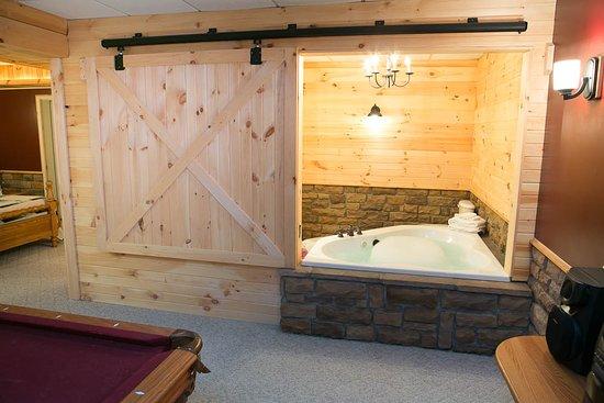 Berlin, OH: Blue Jay's Nest Log Cabin