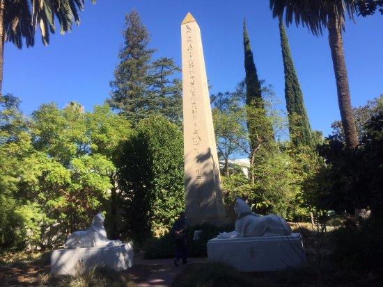 Rosicrucian Egyptian Museum: Obelisco en las afueras del museo, en la parte posterior