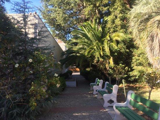 Rosicrucian Egyptian Museum: Jardin alrededor del museo