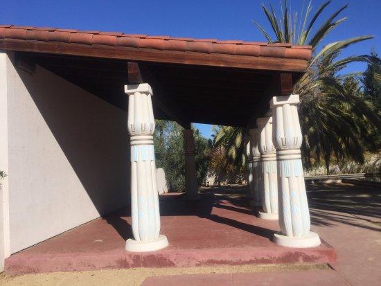 Rosicrucian Egyptian Museum: Columnas, detrás del museo