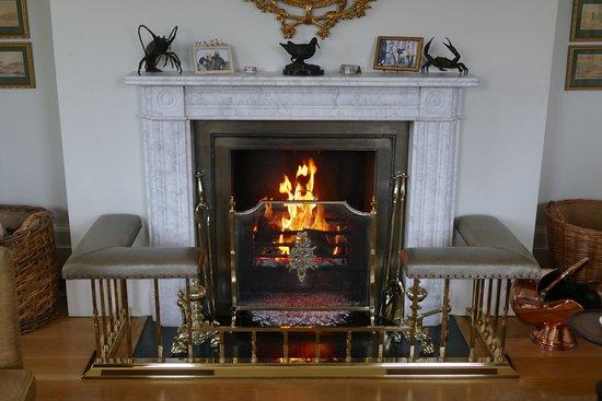 Caerhays, UK: Wohnzimmer mit Kamin