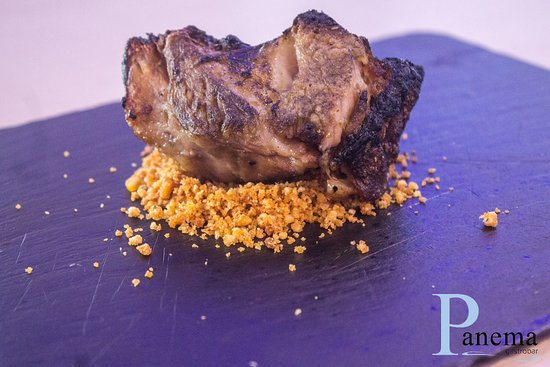 Peligros, Spania: Papada de cerdo con tierra de quiqos.