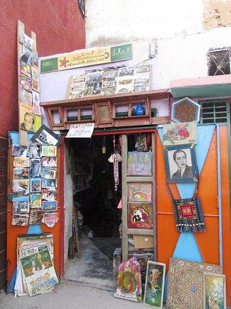 Dar KamalChaoui : Eingang von einer Höhle mit Handwerksbetrieb