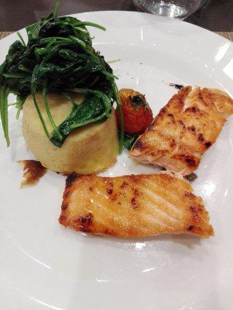 Castenedolo, Italia: Trancio di salmone alla graticola con spinacino e flan di patate