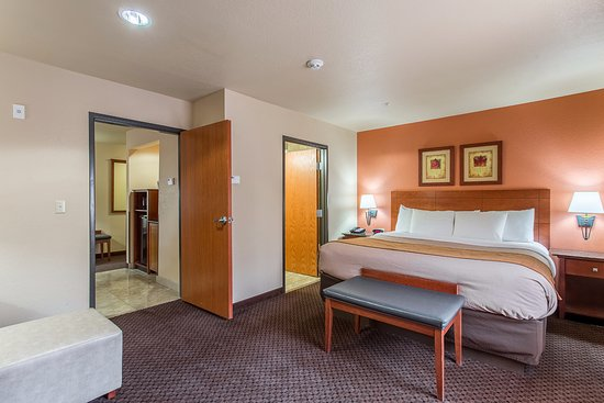 Hotel Ruidoso - Midtown: Bedroom of 2 room suite