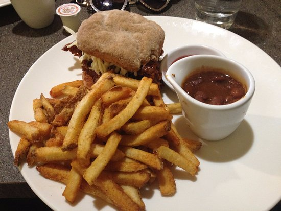 Canning, Καναδάς: Pulled pork burger, baked beans, and frites!