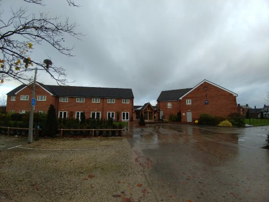 Алсагер, UK: Hotel from the car park on a rainy day