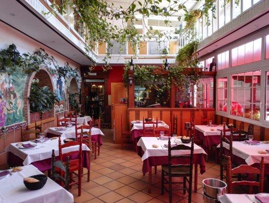 Galapagar, Spain: El salón más pintoresco del restaurante, con los murales pintados a mano y las enredaderas colga