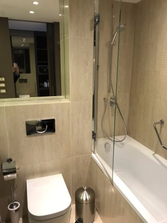 Crowne Plaza Geneva: Nice Modern Bathroom
