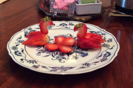 Hillsborough, Carolina del Norte: The strawberry swans are from one of Jorje's breakfasts.
