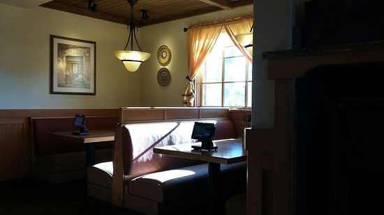 Olive Garden: A nook that seats 6 people