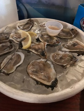 Bimini's Oyster Bar and Seafood Cafe: Yep, oysters on the half shell.
