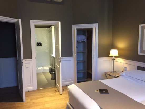 Hotel Granvia : Great closet, storage and safe