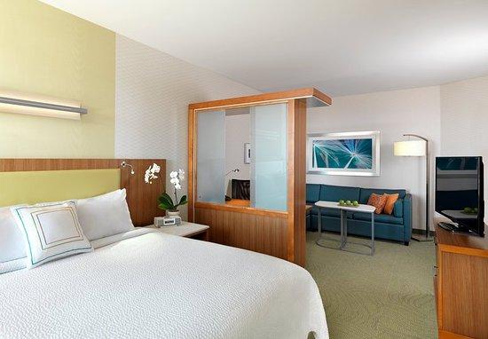 Lenexa, KS: King Suite Sleeping Area