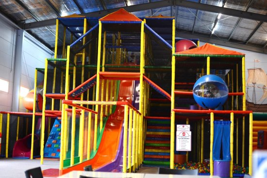 Colac, Australia: Fun for all ages! Indoor playground with 3 giant slides, ball pit, cargo netting, jumping castle